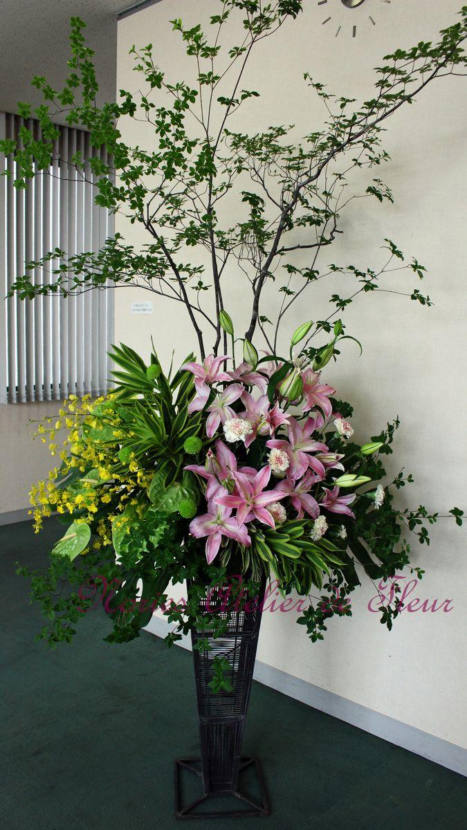 鎌倉彫作品発表会のエントランスを飾る花