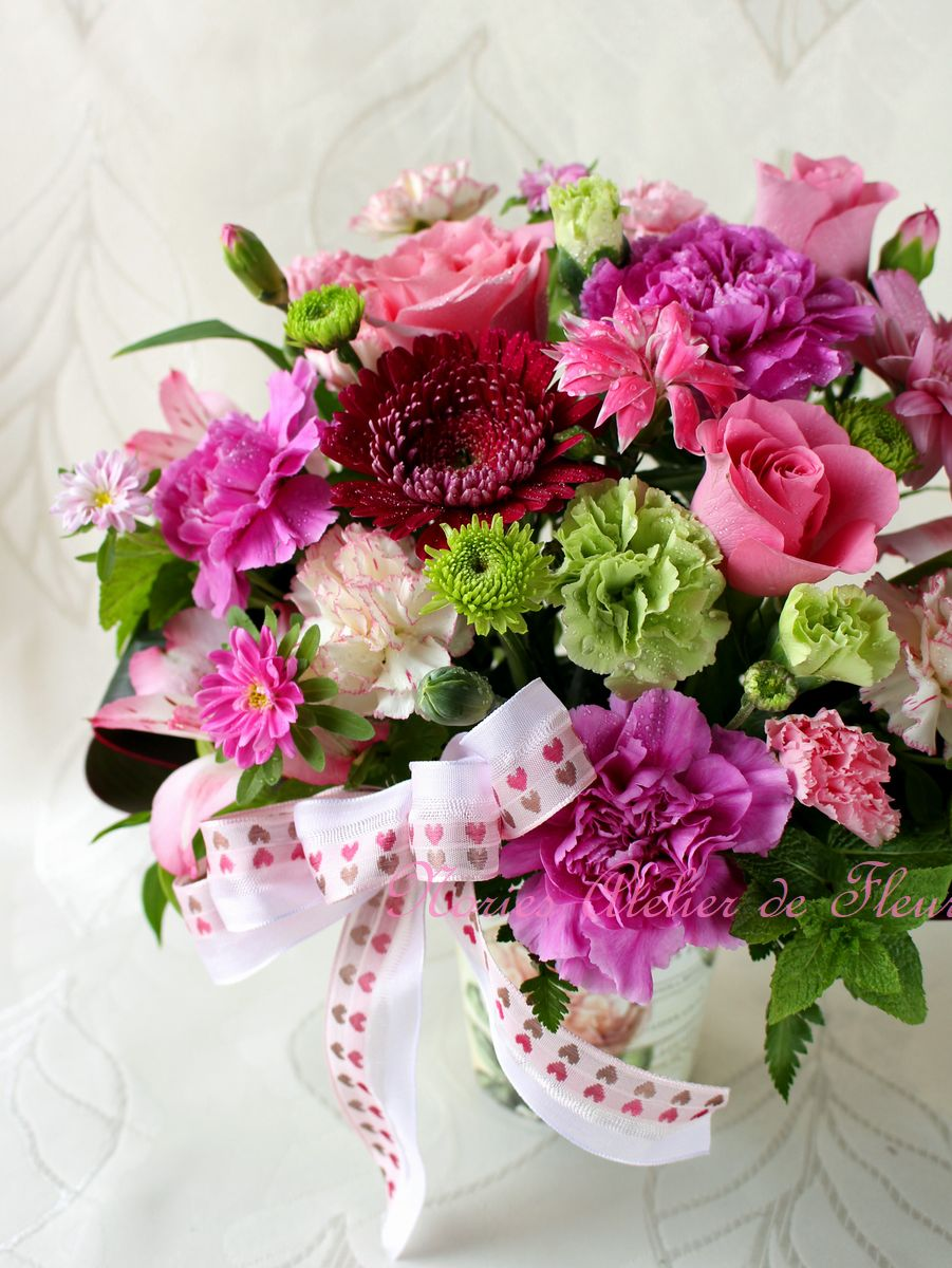 パープル、ピンク、グリーンのカーネーションを使った母の日のアレンジメント