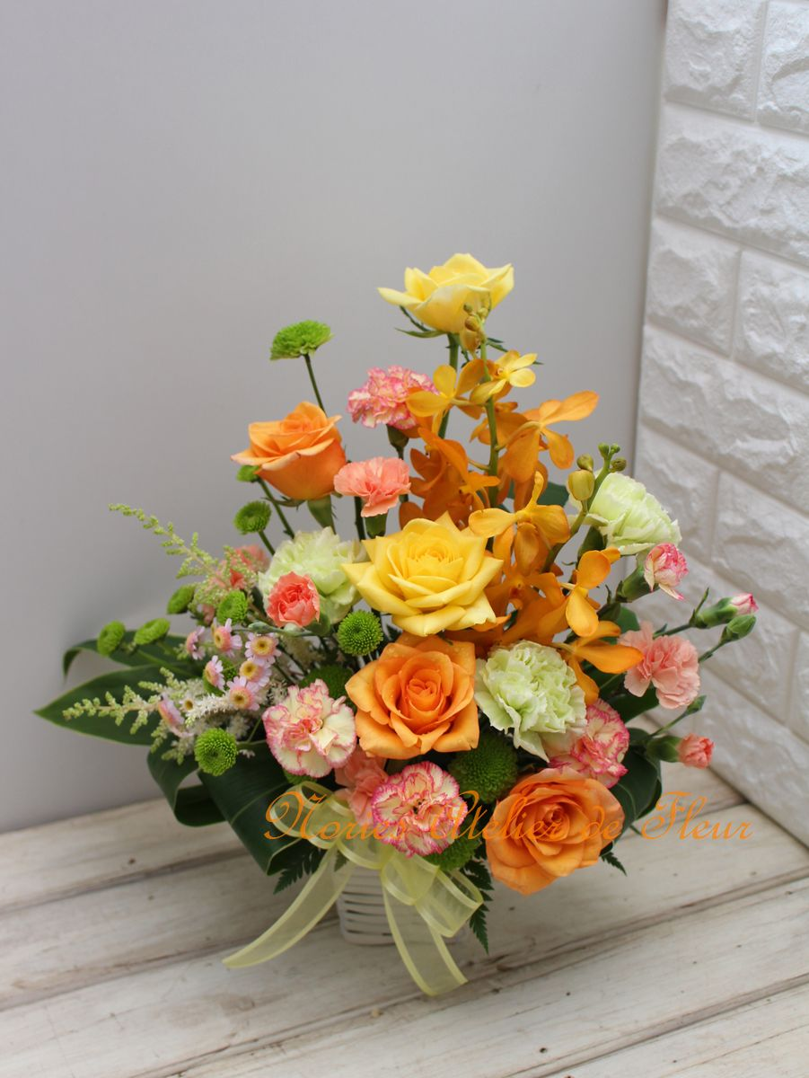 黄色、オレンジのバラと同色系、グリーンのカーネーションの母の日のアレンジメント