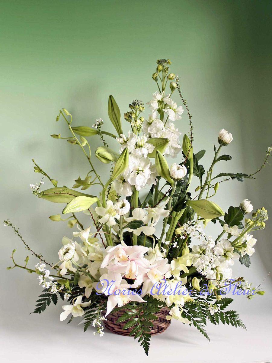 ユリをメインにお悔やみの花