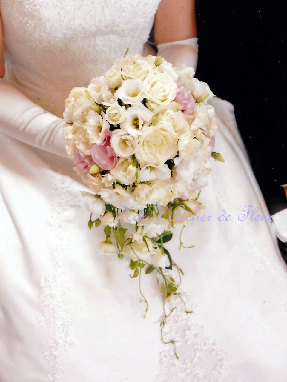 生花のホワイトと淡いピンクのトルコキキョウのキャスケードブーケ