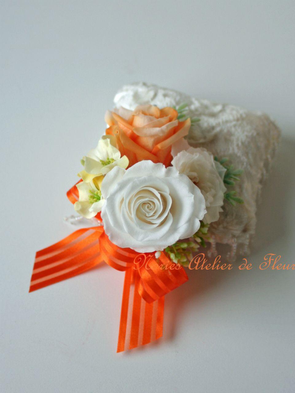 プリザーブドフラワーの白とオレンジのラウンドブーケ アンナ 花婿様のブトニア