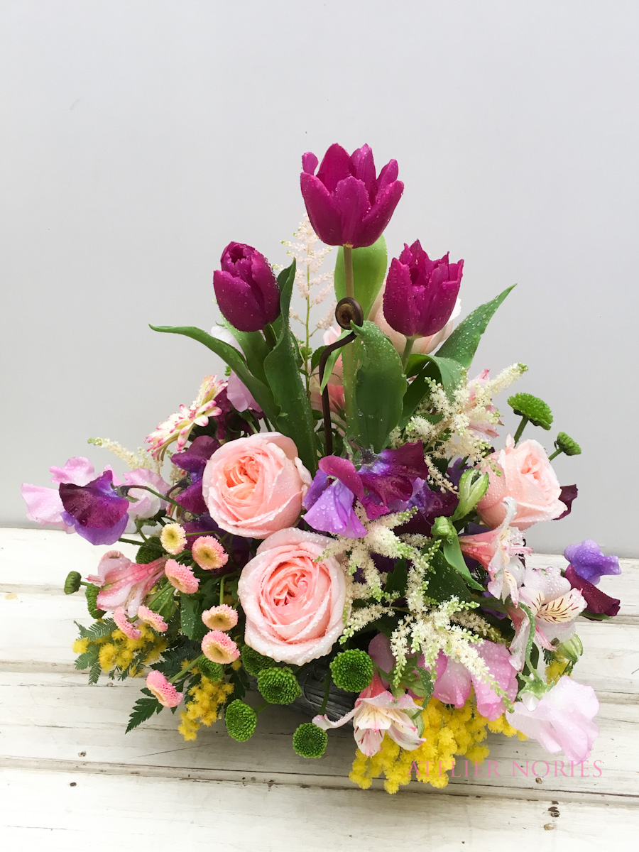 紫のチューリップ、ピンクのバラのアレンジメント