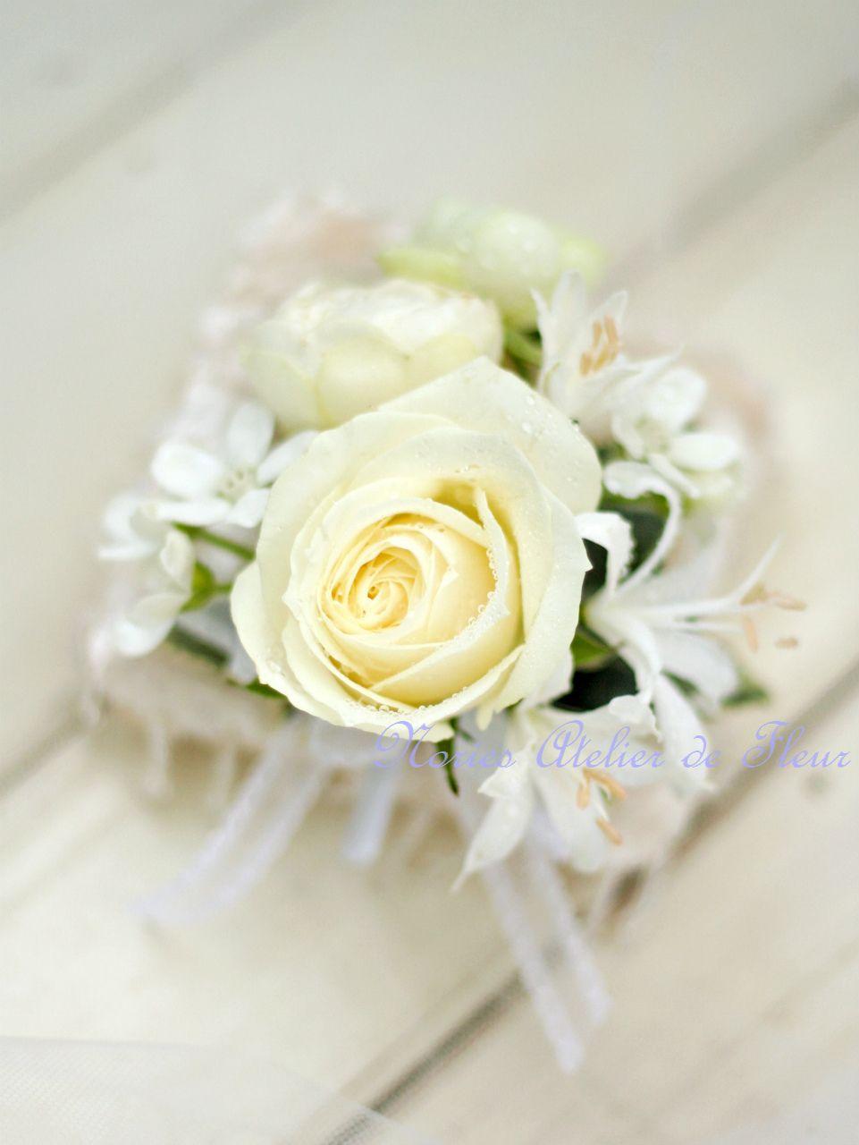 オフホワイトのバラのキャスケードブーケ 新郎様のブトニア