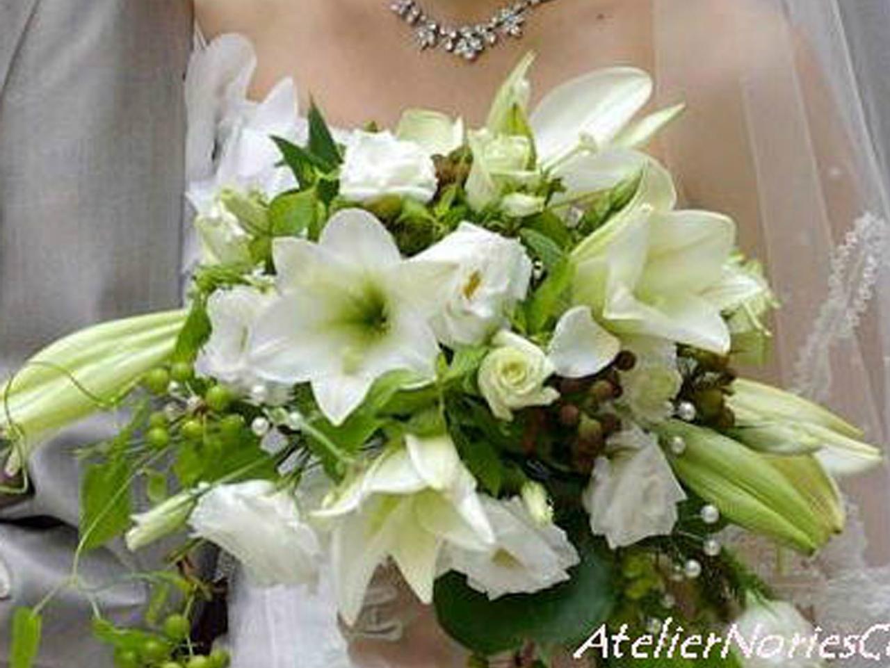 生花のテッポウユリとサンキライの横長のクレッセントブーケ