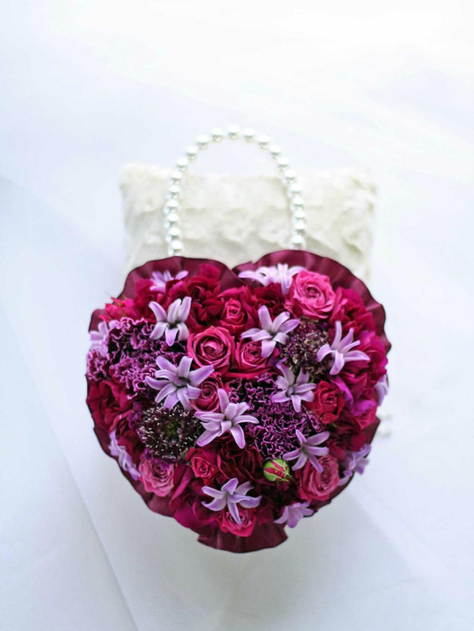 生花の濃いピンクのバラとヒヤシンスのハートの形のバッグ型ブーケ