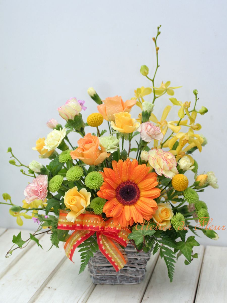 オレンジのガーベラとバラのアレンジメント