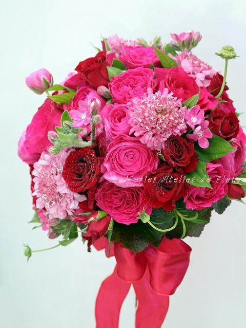 生花の赤、ピンクのバラとスカビオサのラウンドブーケ