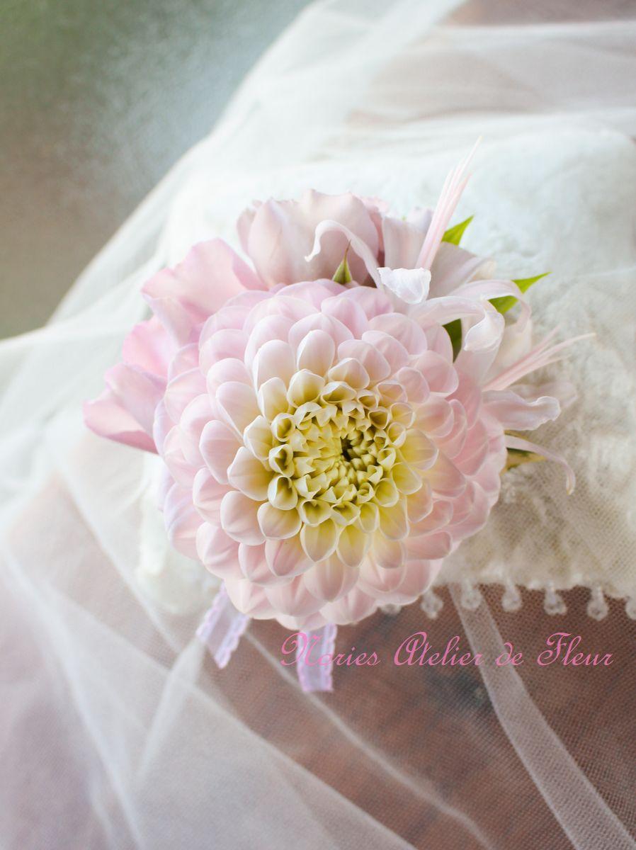 ピンクのダリアと淡いパープルのバラのラウンドブーケ 花婿様のブトニア