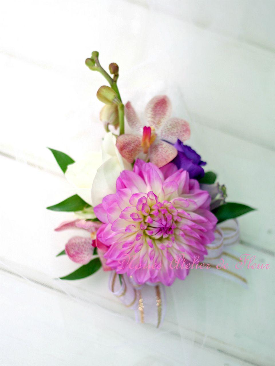 生花 ダリアとトルコキキョウのクレッセントブーケ 花婿様のブトニア