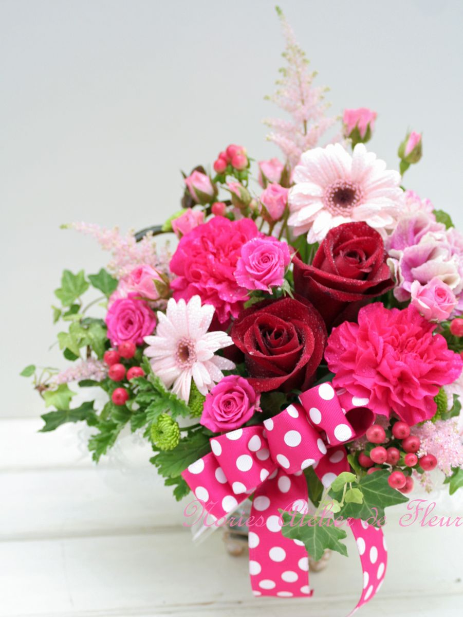 赤いバラと淡いピンクのガーベラを使ったアレンジメント
