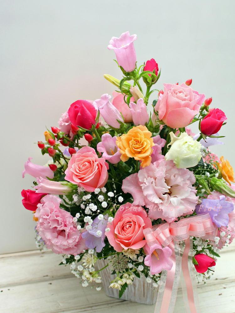 ピンク系のバラのアレンジメント