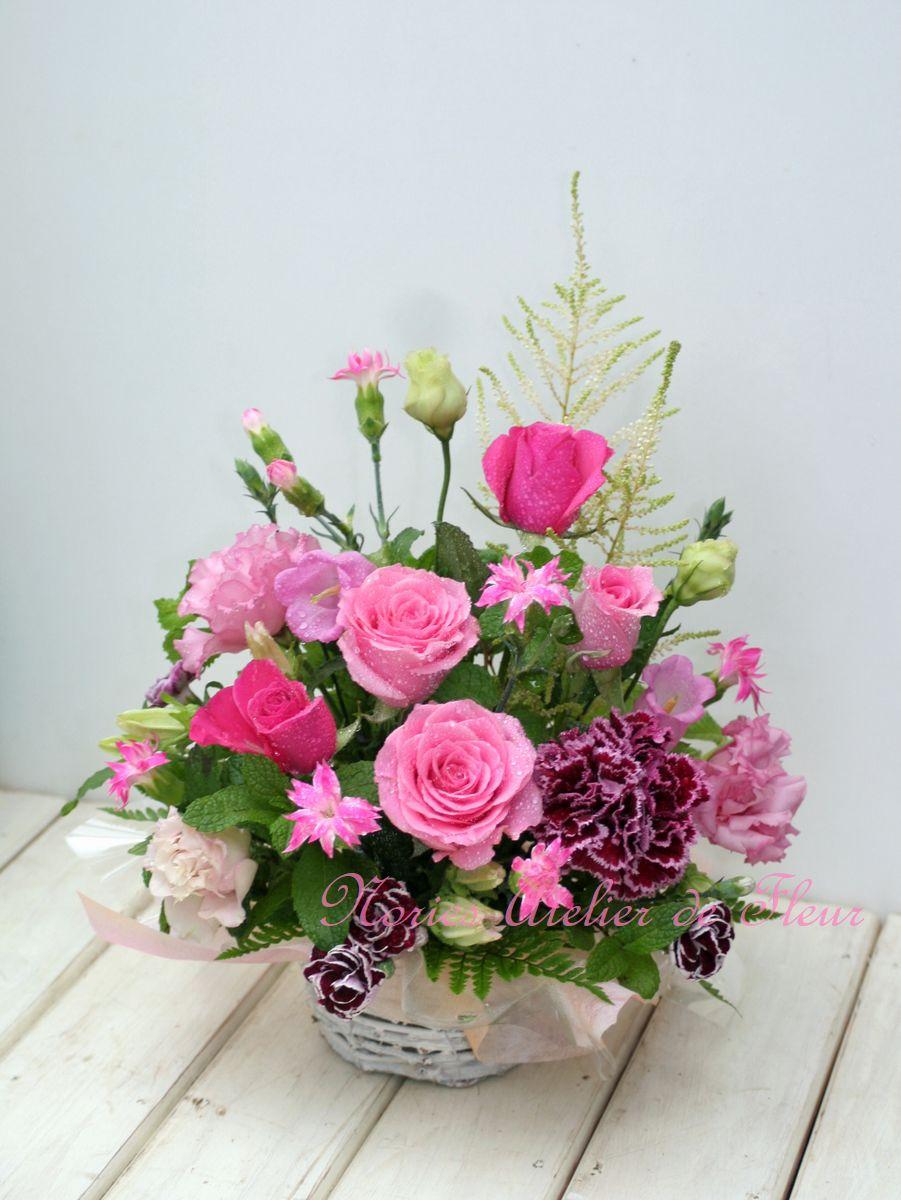 ピンク系のバラとカーネーションの母の日のアレンジメント