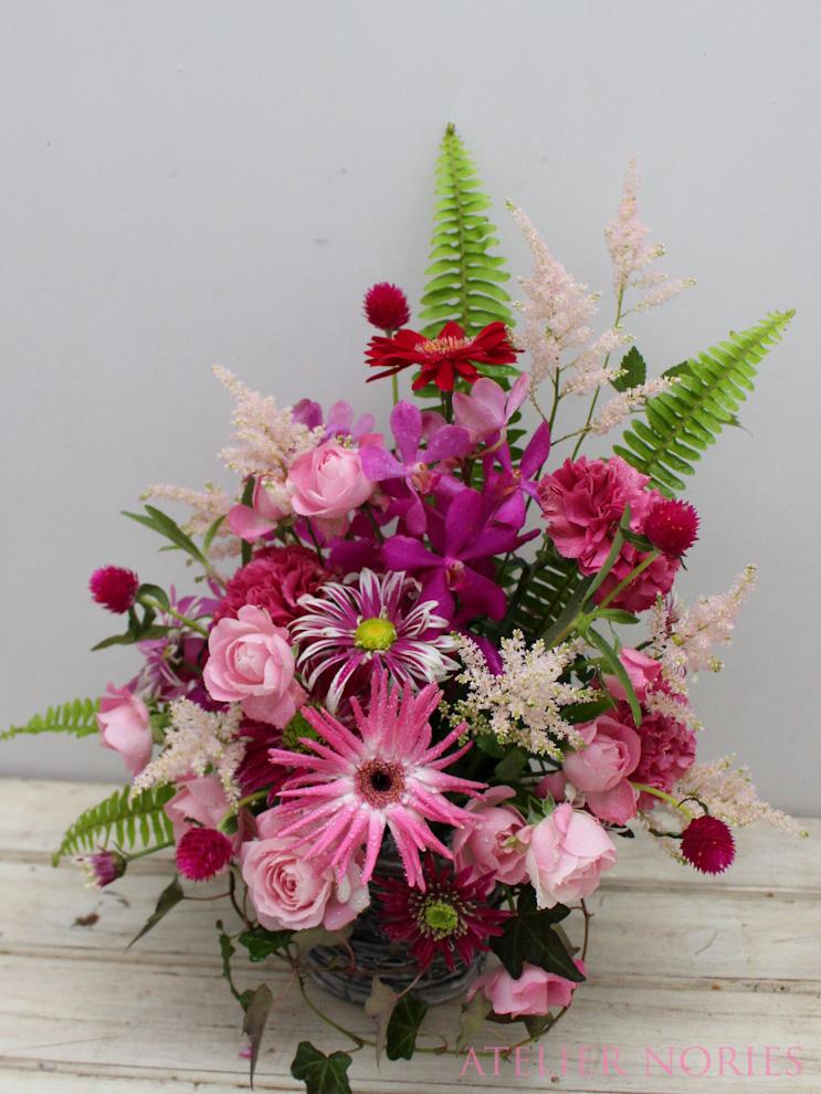 ピンク系のお花でお誕生祝いのアレンジメント