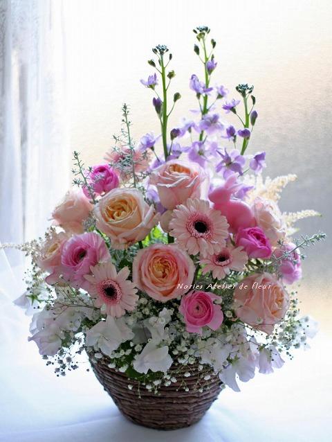 淡いピンク系のバラのアレンジメント