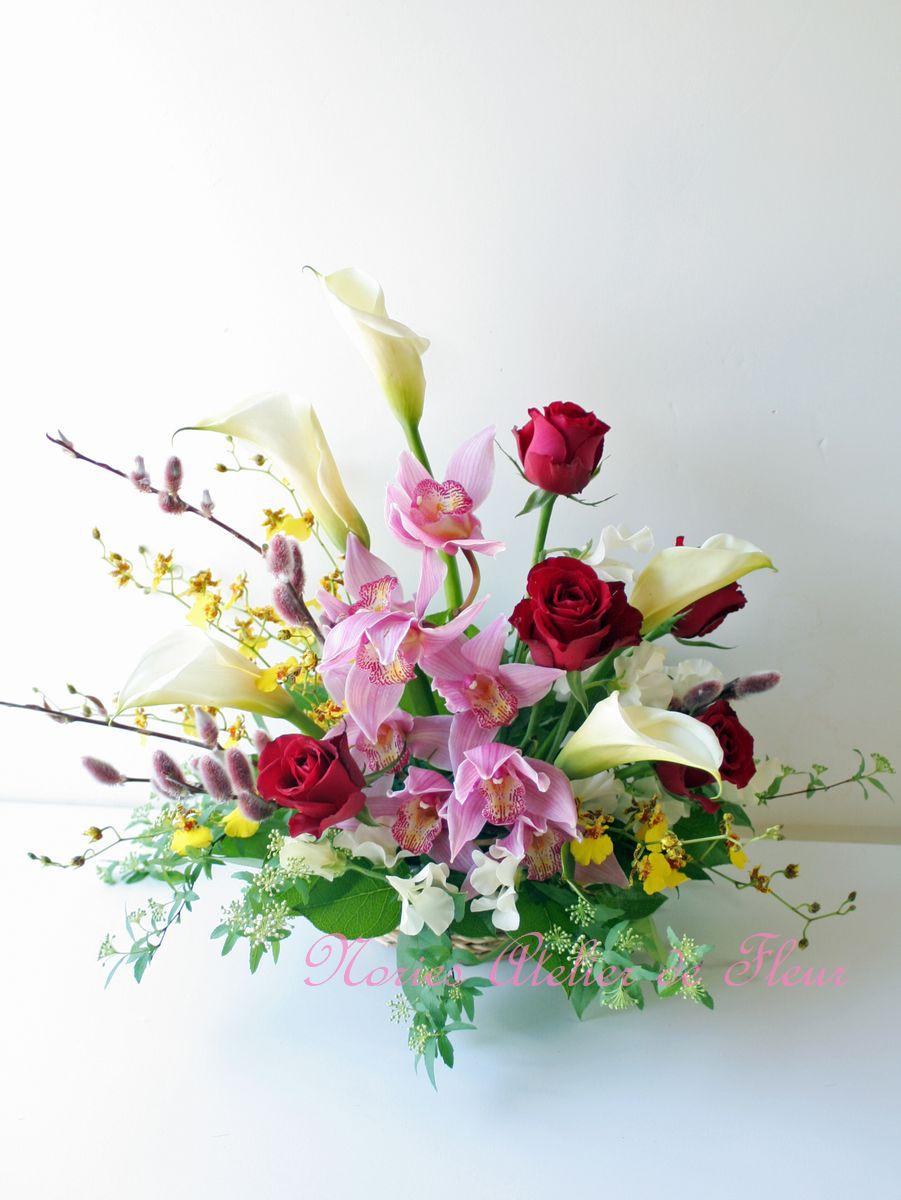 赤いバラ、カラー、オンシジウムを使ったアレンジメント