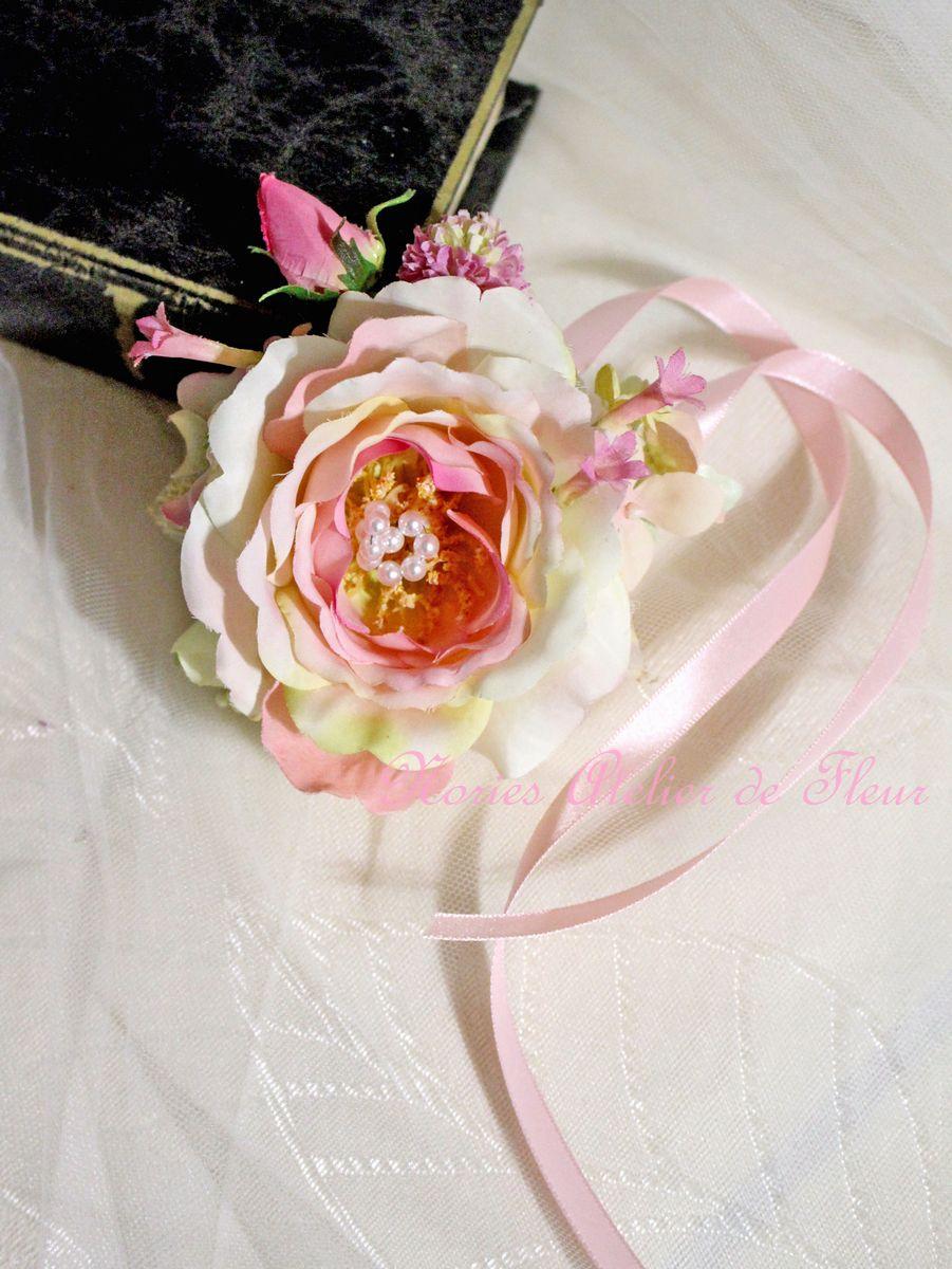 淡いピンクのアーティフィシャルフラワーを使ったリストコサージュ