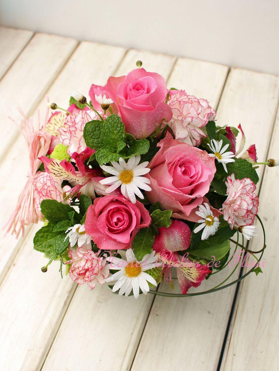 ピンクのバラとマーガレットを使ったアレンジメント
