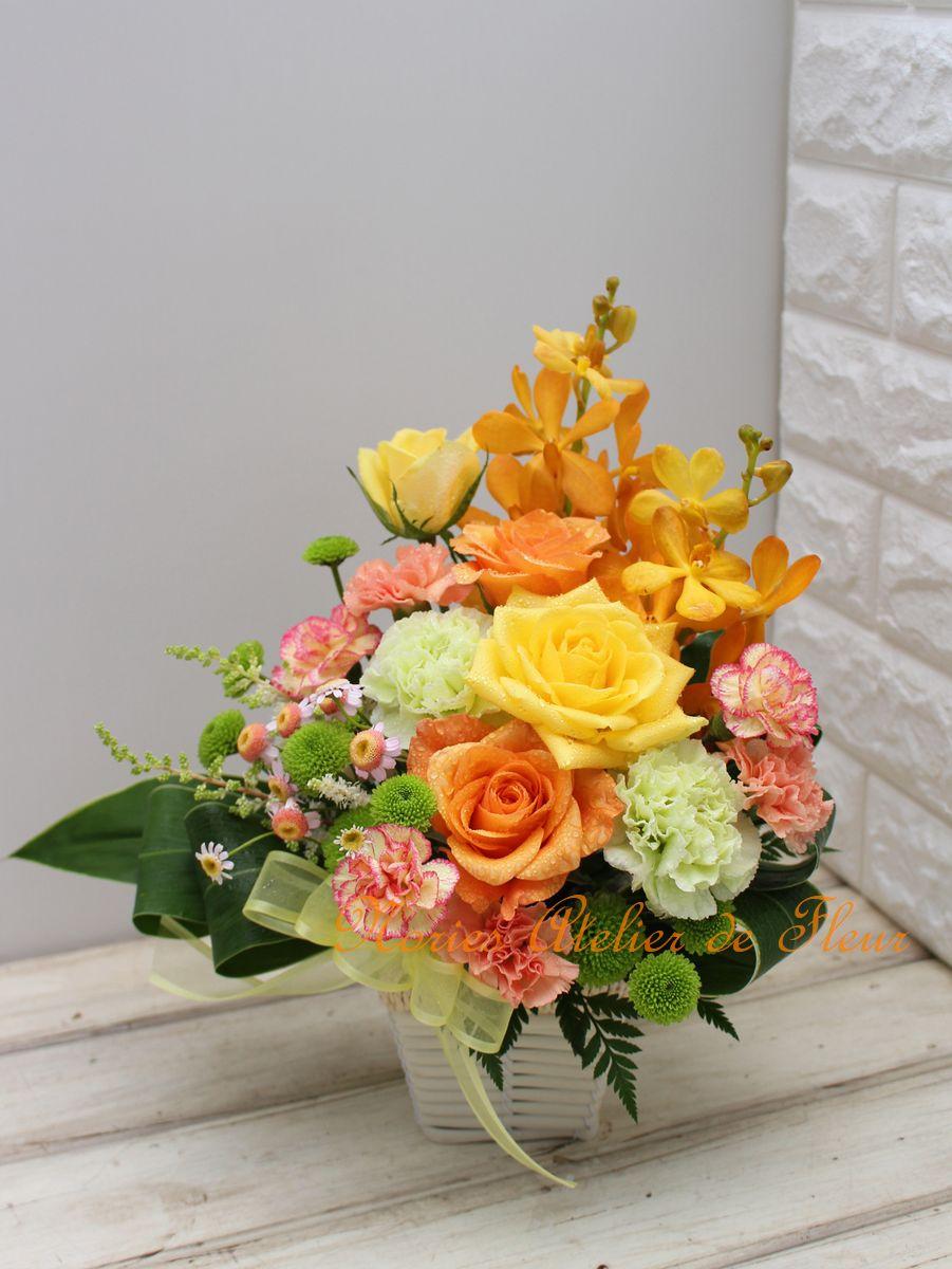 黄色、オレンジのバラとグリーンのカーネーションを組み合わせた母の日のアレンジメント