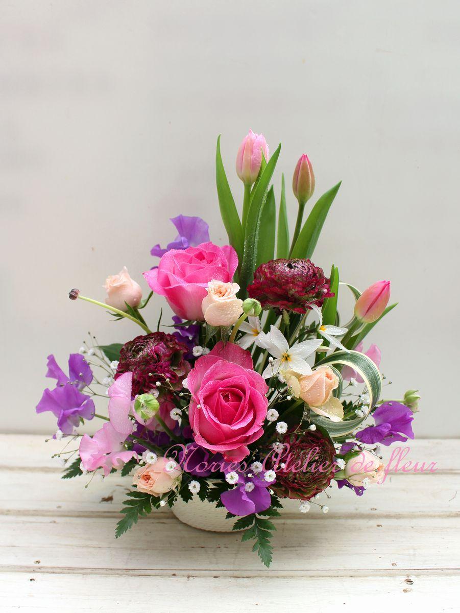 濃いピンクのバラ、淡い紫のスイトピー、ピンクのチューリップのアレンジメント