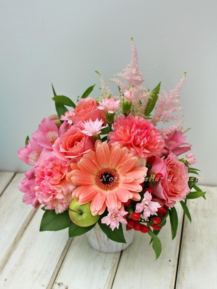 ピーチカラーのガーベラやカップ咲きのバラを使ったアレンジメント