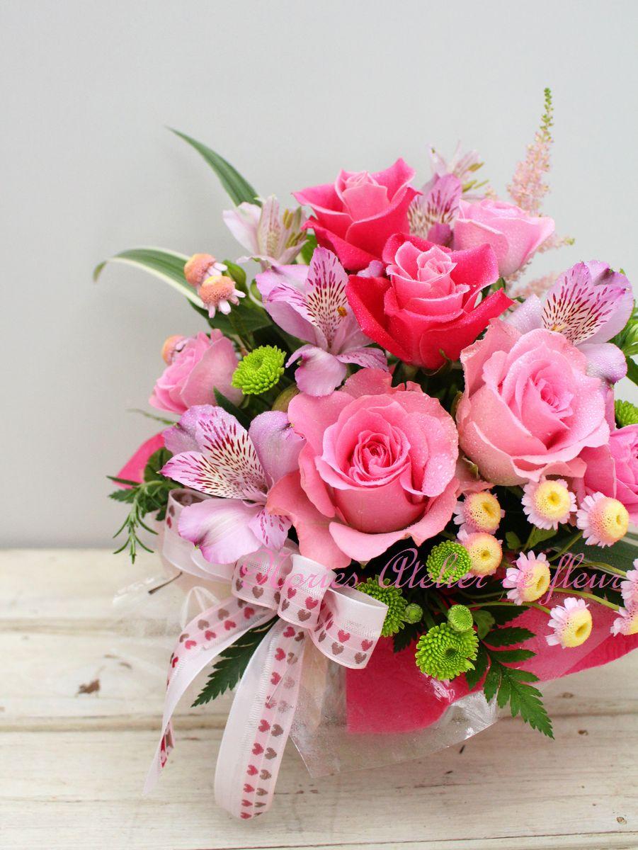 ピンクの濃淡のバラとアルストロメリアのアレンジメント