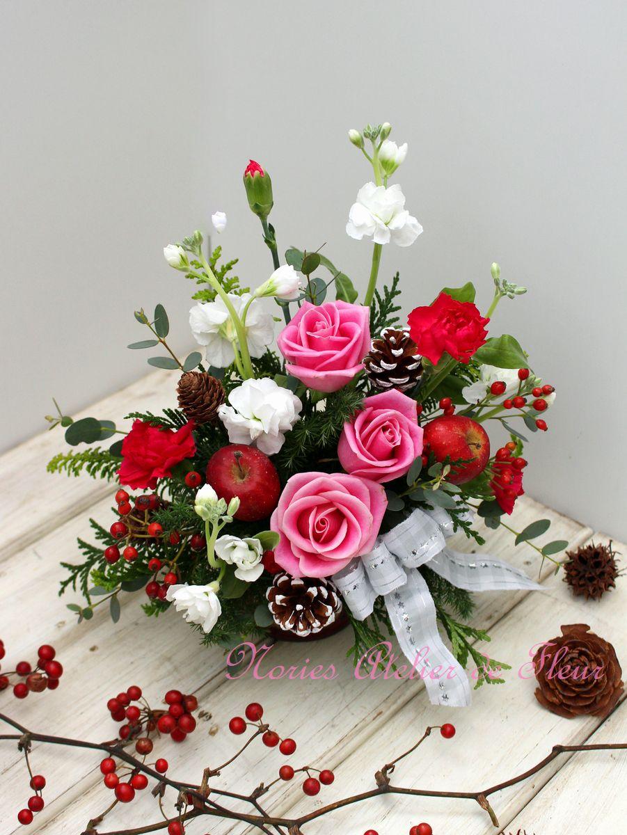 ピンク系のバラともみの木を使ったクリスマスのアレンジメント