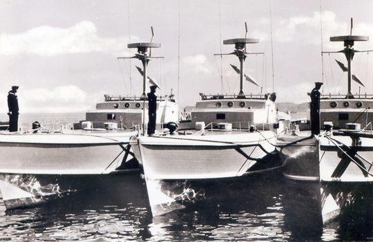Flaggenparade auf drei Booten der Klasse 149 - Bild: Archiv Förderverein