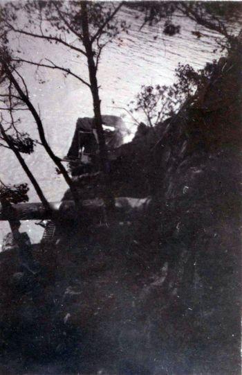 """Wrack """"S 158"""" und zwischen Bäumen eingeklemmter Torpedo – Foto: Archiv Kloetzke"""