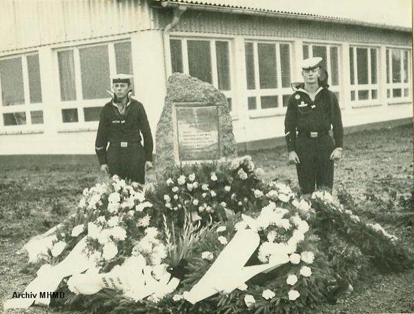 """Gedenkstein für die Toten von """"Willi Bänsch"""" im Hauptbasierungspunkt Dranske 1969 - Bild: Archiv MHMD"""