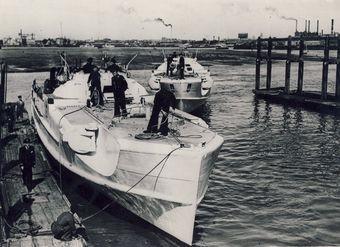 Diese zwei S-Boote haben sich den Briten ergeben (hier die Boote beim Einlaufen Portsmouth; an der Pier ein Boot von der 9. SFltl das andere Boot von der 6. SFltl) - Foto: Schenk