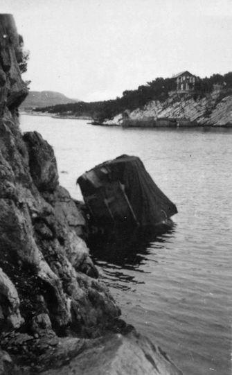 """""""S 158"""" am 25.10.1944 in Sibenik von einer Fliegerbombe getroffen - Fotos: Archiv Kloetzke"""