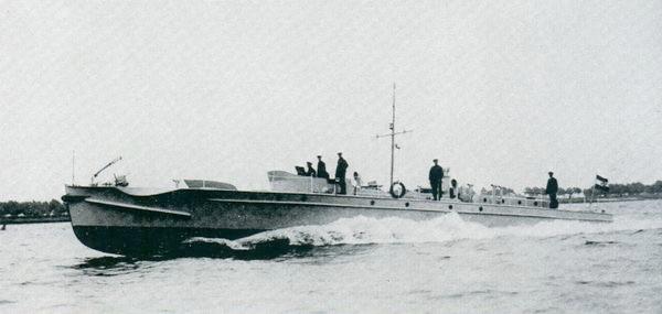 """""""S 1"""" auf Probefahrt noch ohne überdachten Ruderstand (Bild aus Italieri: Schnellboot Typ S-100)"""
