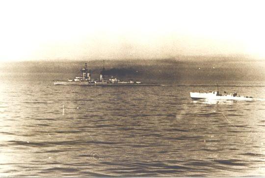 """Leichter Kreuzer """"Karlsruhe"""" und Boot der 2. SFlt vor Kristiansand - Foto: Archiv H. Kloetzke"""