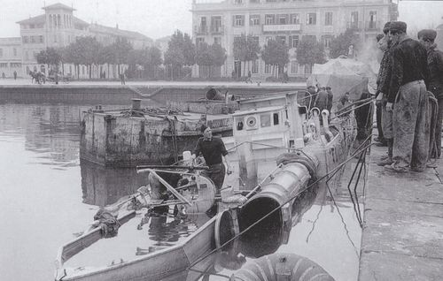 """""""S 626"""" nach Bombentreffer in Monfalcone - Bild aus Dallies-Labourdette: """"Die deutschen Schnellboote"""""""