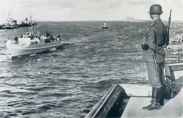 """""""S 10"""" beim Einlaufen Wilhelmshaven – Bild aus dem Buch Fr. Meier: """"Kriegsmarine am Feind"""""""
