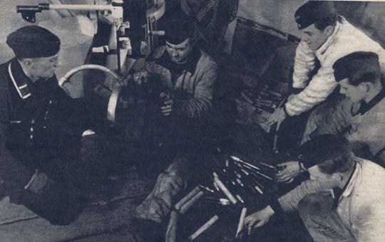 Wartung des Flak-Geschützes - Foto: PK-Aufnahme