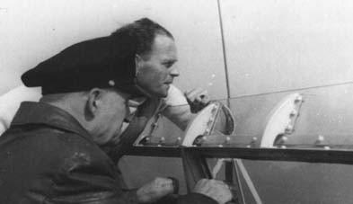 H.H. Klose und KAdml Wagner auf einer S-Boots-Brücke - Bild: Unbekannt