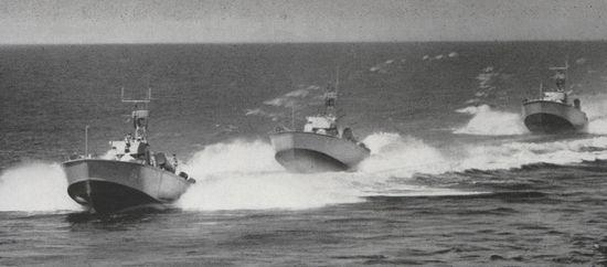 Boote vom Typ P 6 in Formation - Bild: Jürgen Sindermann