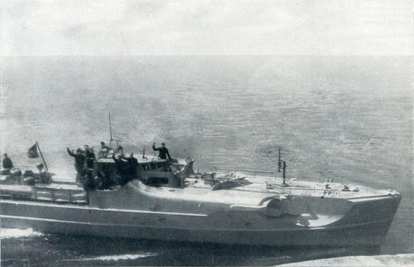 """S 33"""" passiert ein eigenes Dickschiff – Bild aus Fr. Meier: """"Kriegsmarine am Feind"""""""