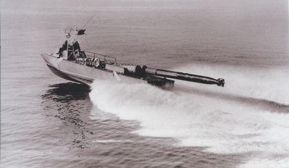 """Boot vom Typ """"Iltis"""" beim Torpedoschuss - Bild: Institut für Schiffbau, Wolgast"""