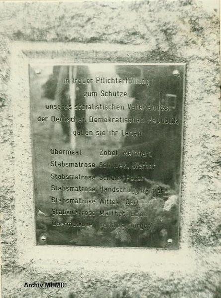 """Tafel auf dem Gedenkstein für die Toten von Boot 844 """"Willi Bänsch"""" 1969 - Bild: Archiv MHMD"""