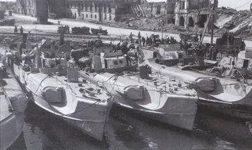 """""""S 30"""", """"S 36"""" und """"S 61"""" sowie """"S 151"""", """"S 152"""", """"S 155"""" und """"S 156"""" in Ancona - Bild aus: Dallies-Labourdette: """"Deutsche Schnellboote"""""""