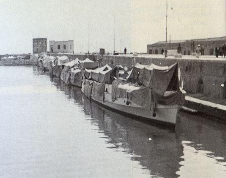 """Getarnte S-Boote im Hafen von Porto Empedocle – Foto aus Kemnade: """"Die Afrika Flottille"""""""