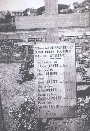 Die Gefallenen der 2. SFltl am 12.06.1940 in Boulogne (Oblt. z.S. Kecke - Kdt S 35, ObMaschMt Glienke - T1 S 31, BtsmMt Zumpe - Nr. 1 S 31, MatrObGefr Weber - S 30, MachObGefr Dörnberg - S 30, MaschGefr Hütte - S 31, FkGefr Kluin - S 31) - Bild: Archiv R.