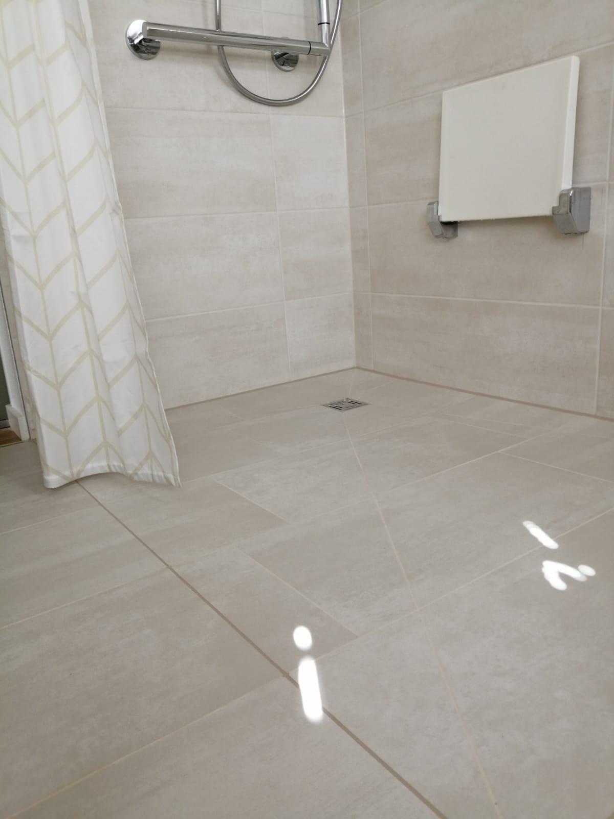 Barrierefreie Dusche mit Duschpaneel und Punktablauf