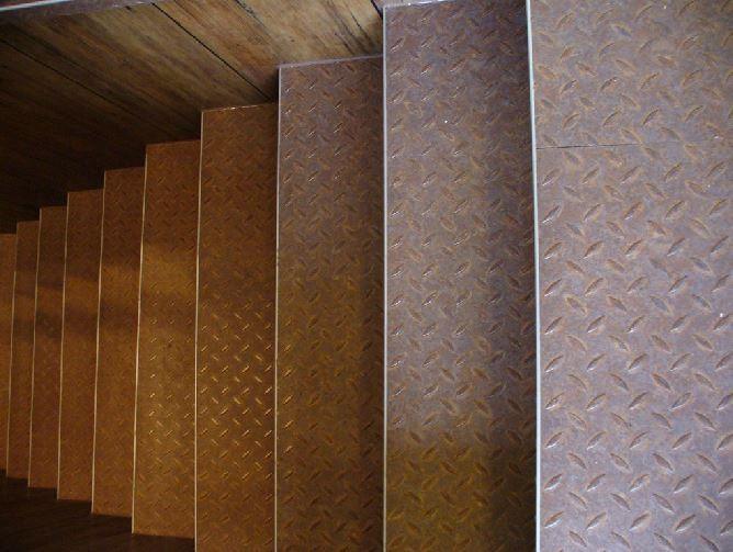 Design-PVC-Boden in Riffelblech-Optik mit Kantenprofil