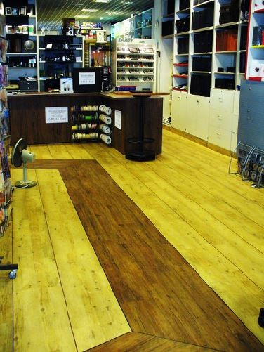 Verkaufsraum mit neuem Bodenbelag aus heterogenem PVC