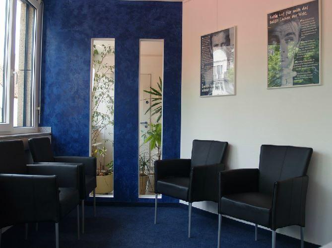 Wartezimmer mit Akzenten in blau