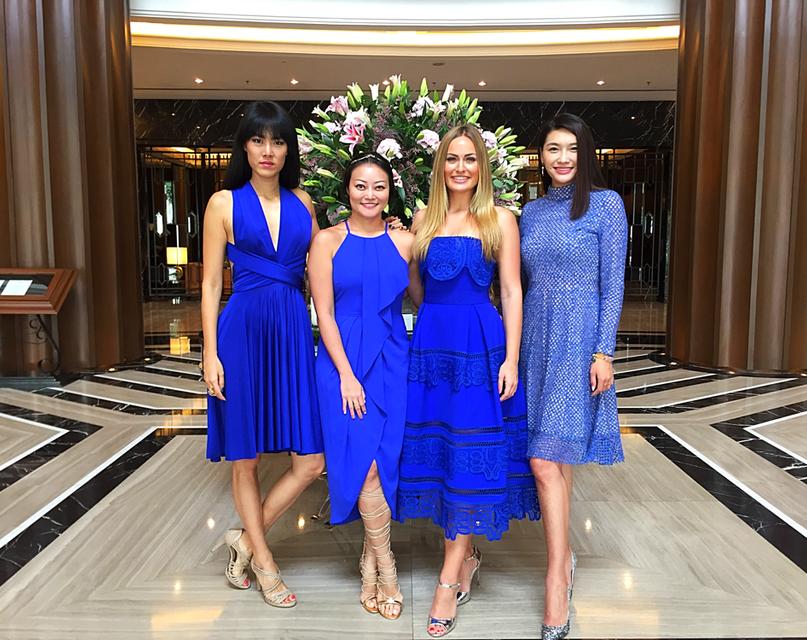 Miss Singapur (von links nach rechts), meine Freundin Desiree, ich und Miss China bei Careys Hochzeit in Kuala Lumpur